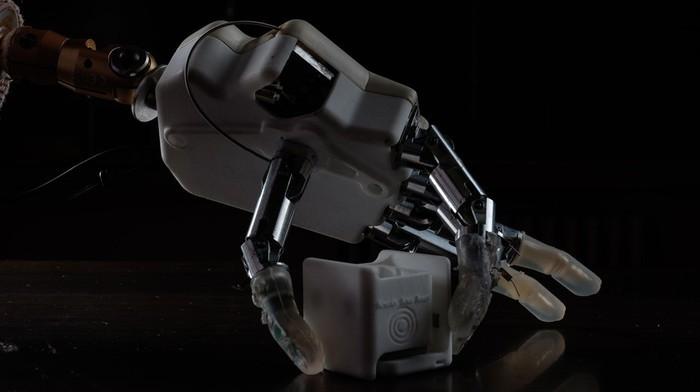 Una mano bionica che permette di orientarsi anche al buio