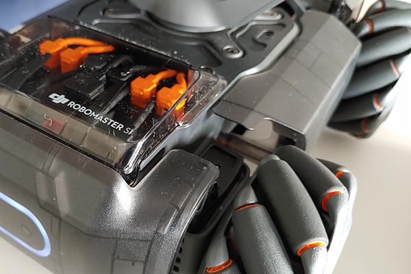 Le ruote con i cilindri di RoboMaster S1 e il pannello con le porte Sbus - Ph. Credits: Matteo Dall'Ava