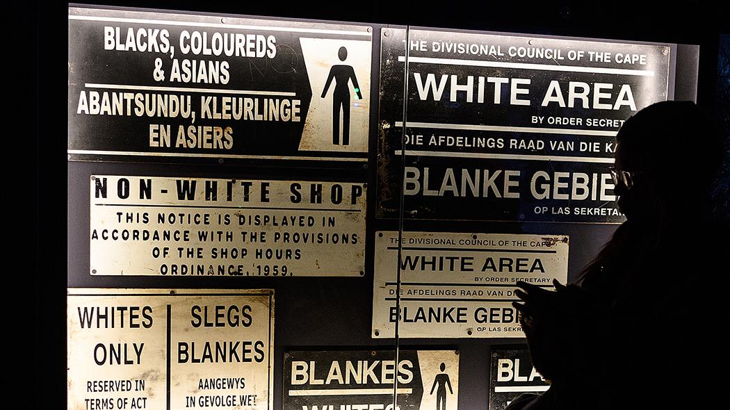 """Cartelli pubblici durante l'apartheid in Sudafrica (anteprima della mostra """"Mandela: The Official Exhibition"""" prevista a Londra dal 7 febbraio 2019 - crediti foto: Leon Neal/Getty Images)"""