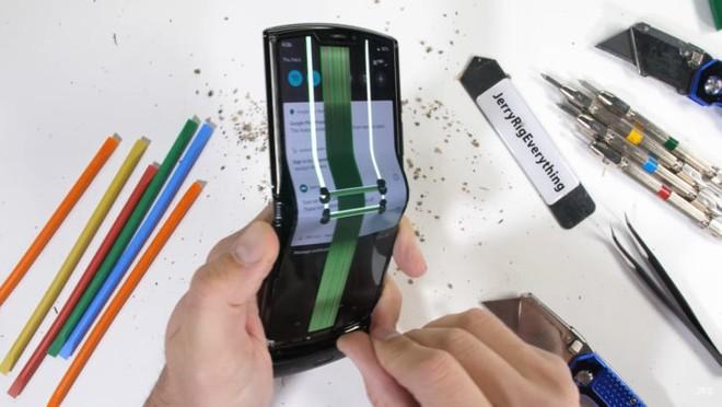 Motorola razr: dopo le torture, il teardown di JerryRigEverything