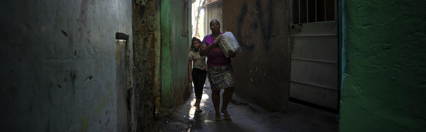 La vita in una favela di Rio nel pieno della pandemia