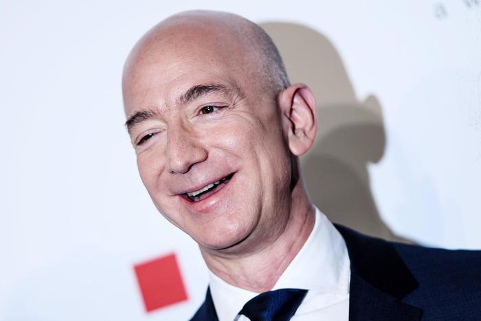 Bezos sempre più paperone, vale oltre 200 miliardi