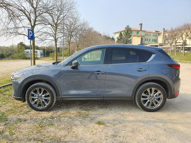 Mazda CX-5, piccoli ritocchi per il SUV nel 2021: recensione e video